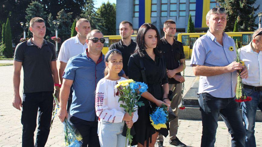 Хмельничани з квітами вшанували на майдані пам'ять загиблих захисників