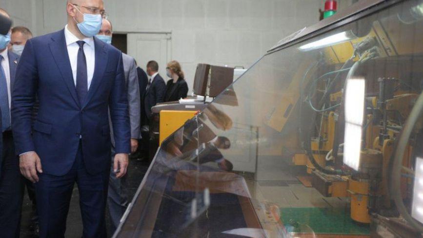 """Шмигаль у Хмельницькому подивився, як виробляють апарати ШВЛ на """"Новаторі"""""""