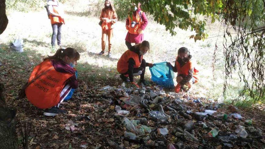 Хмельничани провели екоакцію - прибирали береги Бугу та річки Кудрянки