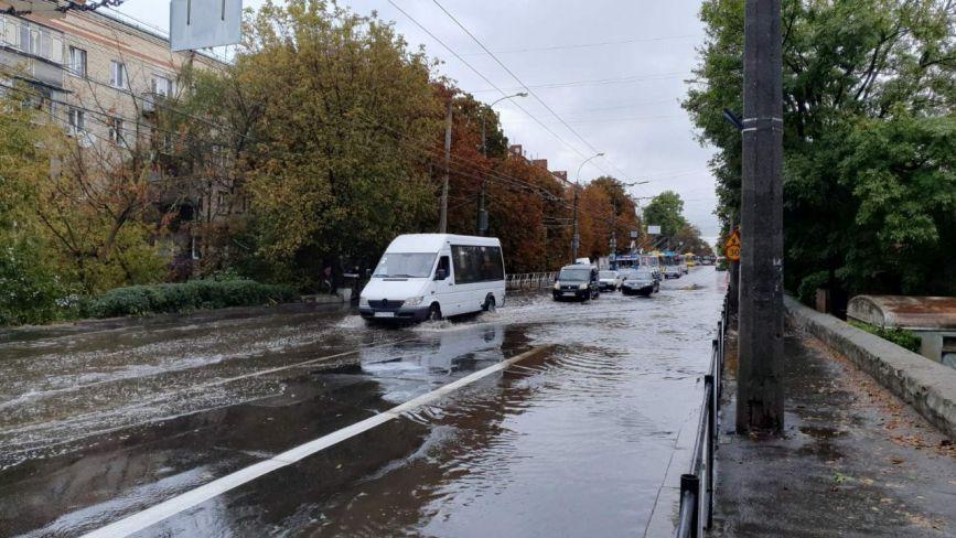 Зранку біля філармонії затопило Кам'янецьку (ФОТО, ВІДЕО)