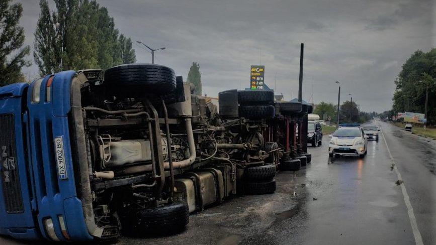 На Хмельниччині перекинулася вантажівка: постраждав водій (ФОТО)