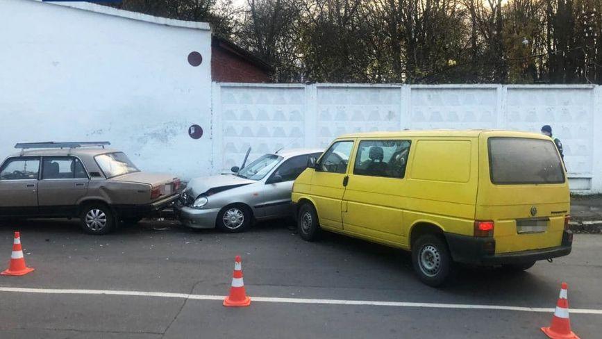 У Хмельницькому п'яний водій пошкодив одразу три припарковані автомобілі (ФОТО)