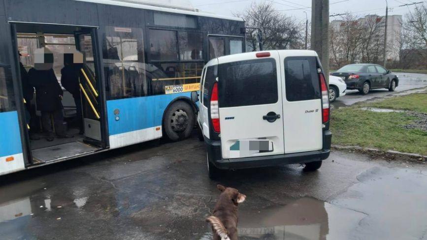 У Хмельницькому автомобіль в'їхав у тролейбус (ФОТО)