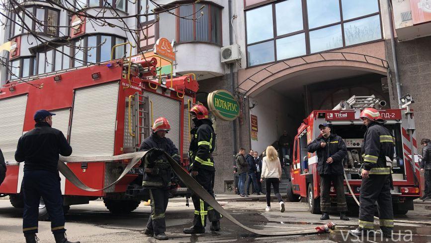 У центрі Хмельницького горіла багатоповерхівка: що кажуть очевидці (ФОТО, ОНОВЛЕНО)