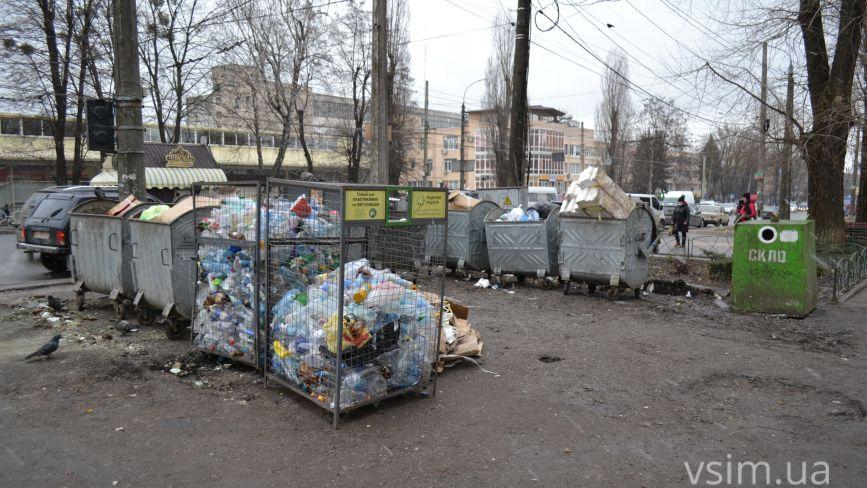 На проспекті Миру зникла стінка, яка закривала сміттєві баки. Що сталося (ФОТО)