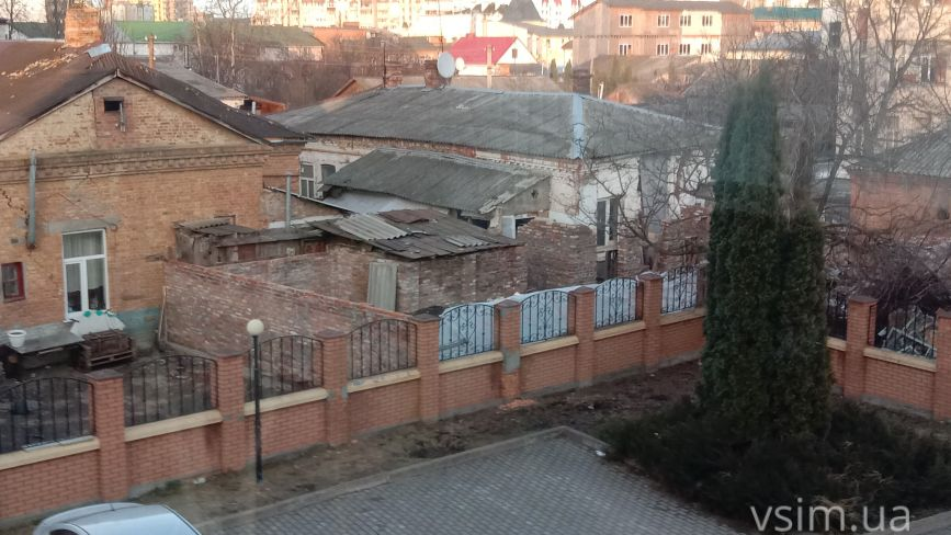 У мешканців будинку на Проскурівського підпілля «віджимають» територію: що відомо (ФОТО)