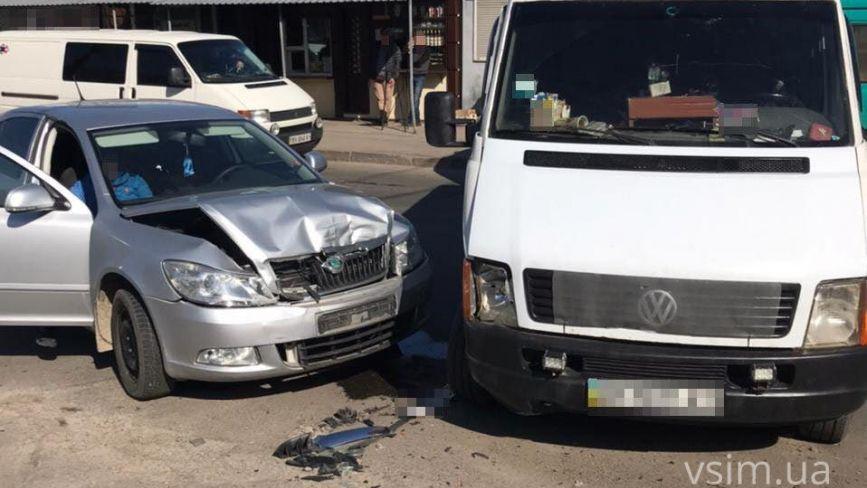 На Львівському шосе зіштовхнулися легковик і бус