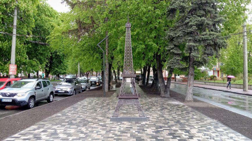 У центрі Хмельницького встановили макет Ейфелевої вежі (ФОТО)