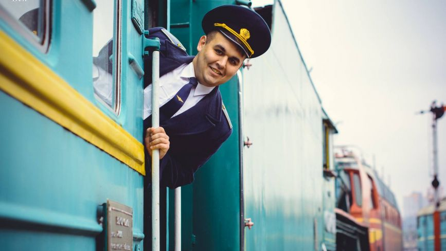 """Провідник Владислав з Хмельницького """"живе"""" у вагоні: де миється, що їсть та як працює"""