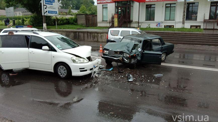 Поліцейські потрапили в ДТП на Толстого. Зі службового авто зняли номери (ФОТО)