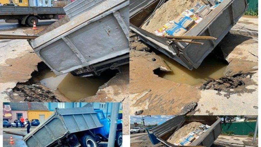 ВІДЕО ДНЯ: на Чорновола під вантажівкою провалився асфальт і затопило дорогу