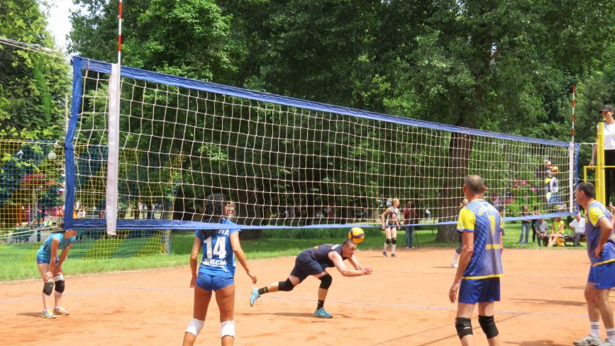 У Хмельницькому вперше змагаються з паркового волейболу ветерани спорту