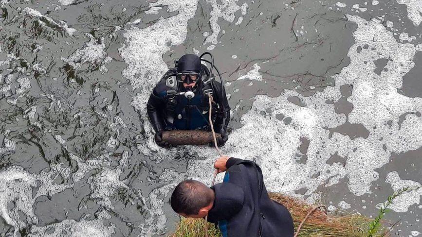 Рятувальники Хмельниччини дістали з річки міну і артснаряди