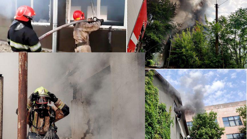 На Хмельниччині горів склад друкарні: вогонь гасили 20 рятувальників на 5 машинах (ФОТО)