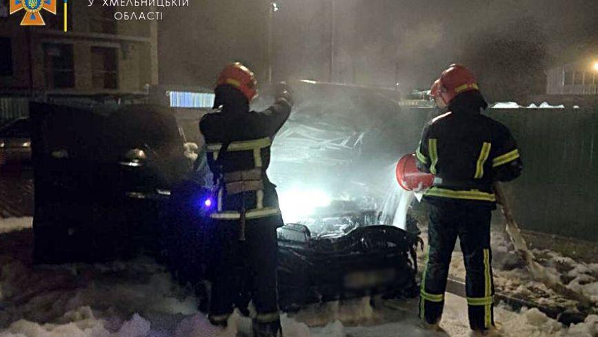 """Вночі на Довженка підпалили """"Volkswagen Touareg"""" (ФОТО)"""