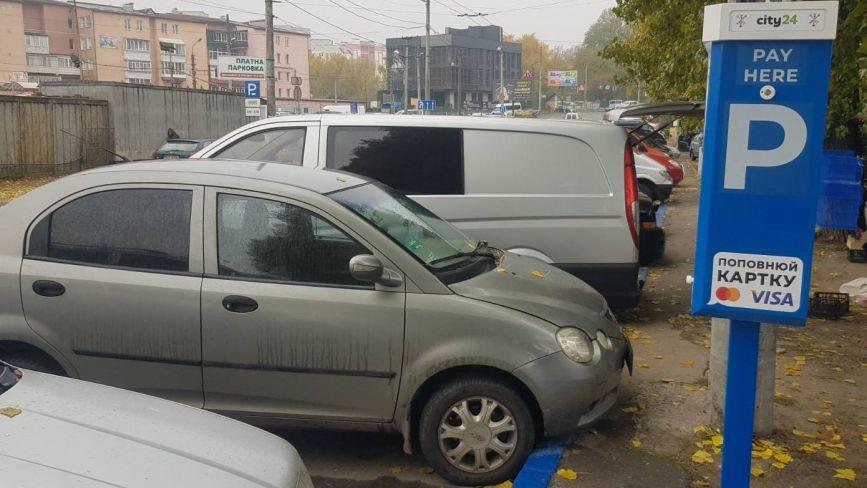 Біля хмельницького ринку запрацювала платна парковка на 130 місць: яка вартість
