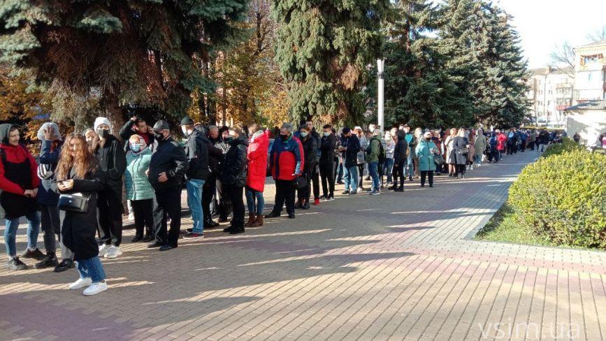 Величезна черга та десятки людей: хмельничани масово прийшли щеплюватися у Центр вакцинації (ФОТО)