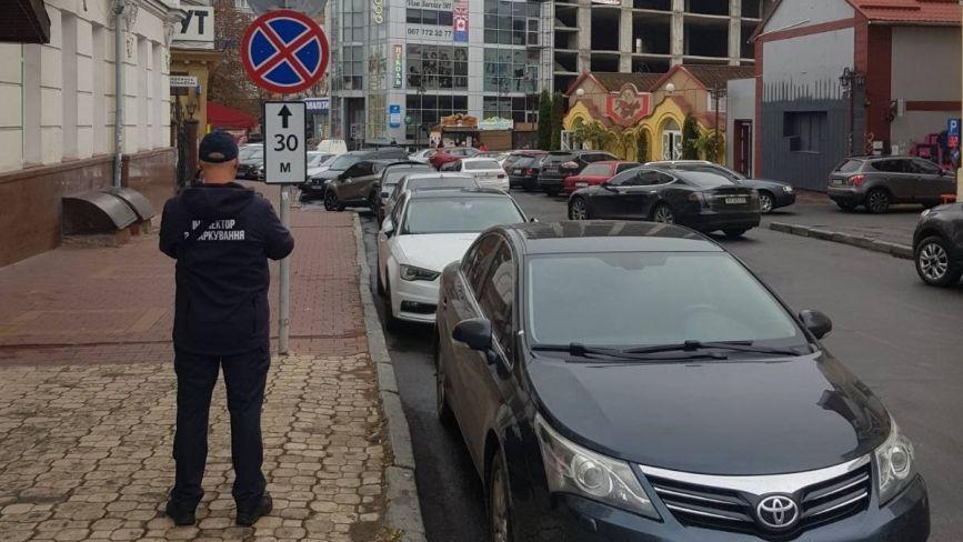 Інспектори з паркування у Хмельницькому: скільки  вже постанов винесли порушникам