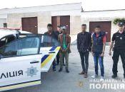 Серед ночі на дорозі у Шепетівському районі затримали трьох чоловіків. Що сталося?