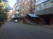 Кидає з вікна пляшки й труси: мешканці будинку на Тернопільській скаржаться на сусідку