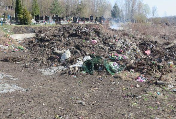 На хмельницьких кладовищах гуляє сміття і горить гілля