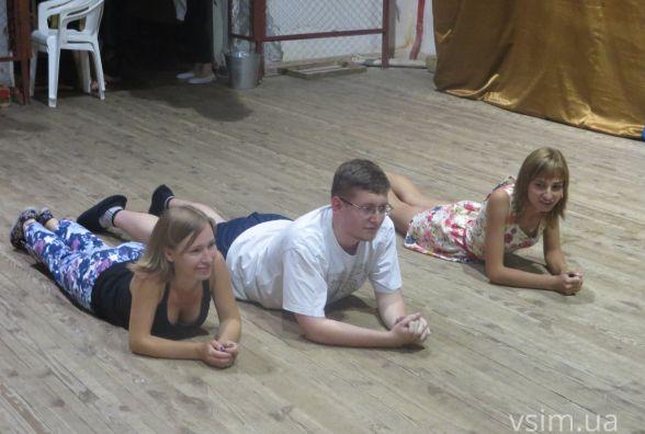 У Хмельницькому актори-початківці кидалися палицями та валялися на підлозі