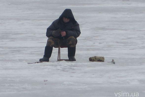 Фото дня: на Південному Бузі ловлять рибу та палять петарди