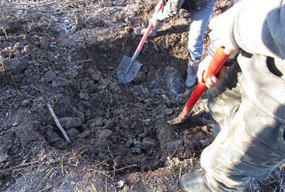 На Хмельниччині чоловік зарубав друга і закопав його в полі