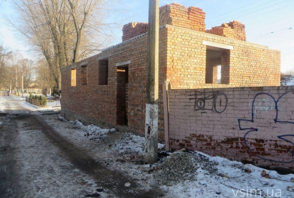 Фото дня: обіцяний туалет в парку Франка до кінця року так і не зробили