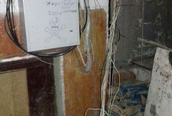 На Озерній чоловік різав кабелі в будинку. При собі мав пістолет
