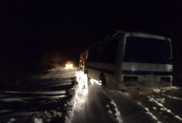 У Славутському районі діставали автобус із снігового замету