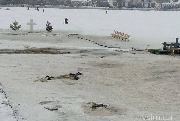 Гумові капці, недопалки та розкиданий одяг: пляж не прибрали після святкування Водохреща