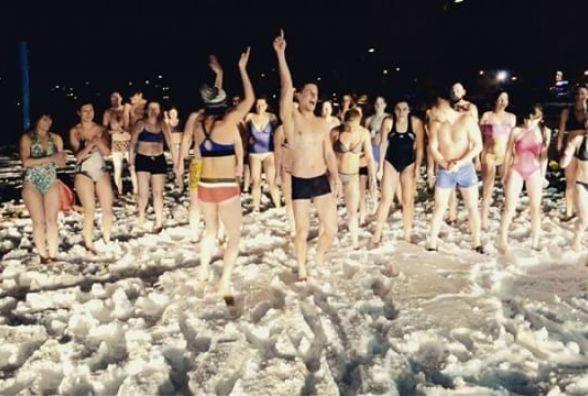 В купальниках на снігу: у Хмельницькому організували масовий #iceburpeechallenge (ВІДЕО)