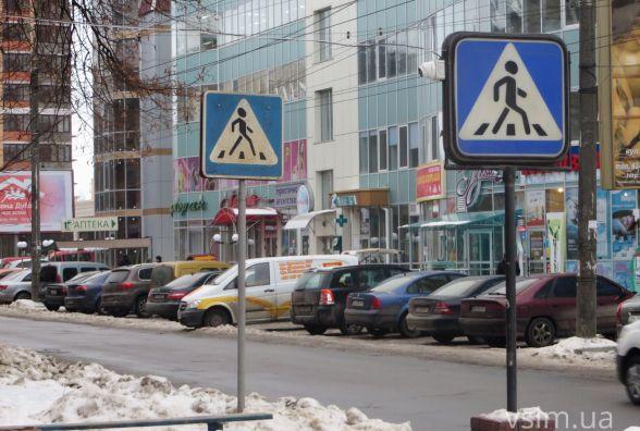 Щоб клієнти не хуліганили власники магазину на Зарічанській знімають їх ... з дорожнього знаку