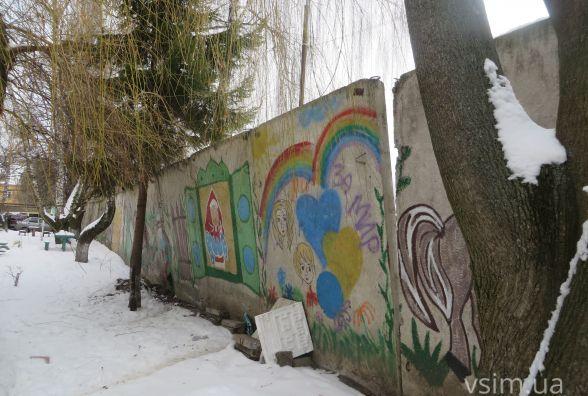 Похилений бетонний мур по Старокостянтинівському шосе полагодять прикордонники