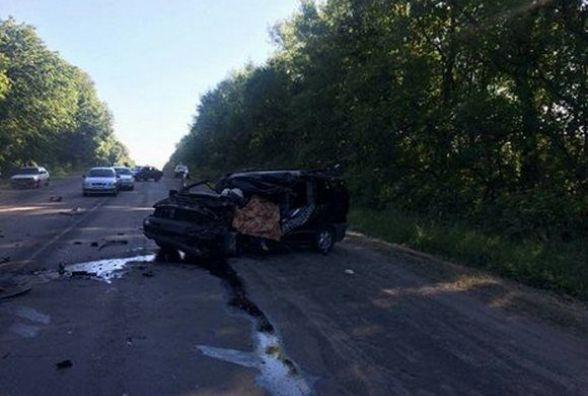 """Біля Скаржинець """"Mercedes"""" влетів у вантажівку. Водій загинув на місці, пасажир в реанімації"""