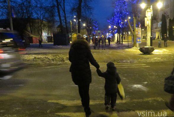 Хмельничанам радять «засвітитись»: активісти провели акцію для пішоходів