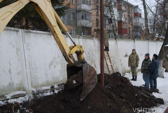 Фото дня: прикордонники ремонтують похилений бетонний мур на Старокостянтинівському шосе