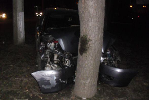 """У Шепетівці """"Toyota"""" влетіла в дерево. Водій в реанімації"""