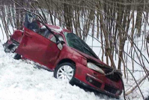 """На Хмельниччині """"Volkswagen"""" в'їхав у фуру. Двоє пасажирів загинуло на місці"""