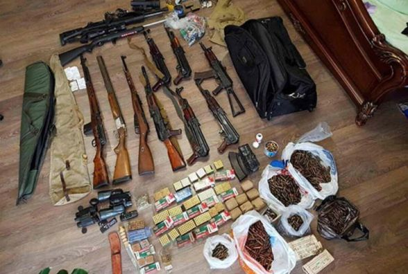 Гранати, автомати і набої. В Кам'янці знайшли великий арсенал зброї