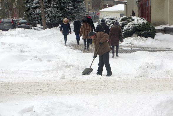 Місто засипало снігом. Хмельничани взялися за лопати (ФОТО)