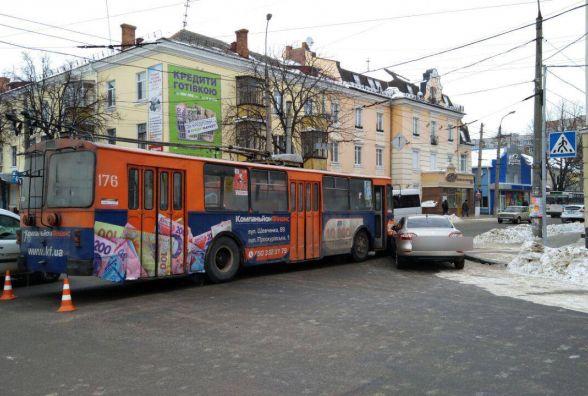У центрі Хмельницького тролейбус врізався у легковик