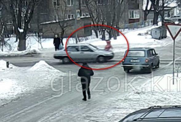 """ДТП у Хмельницькому: водій """"Лади"""" провіз на капоті школярку більше десяти метрів (ВІДЕО)"""