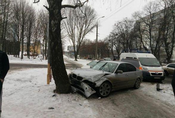 На Тернопільській «BMW» врізався в «Subaru» і відлетів в дерево