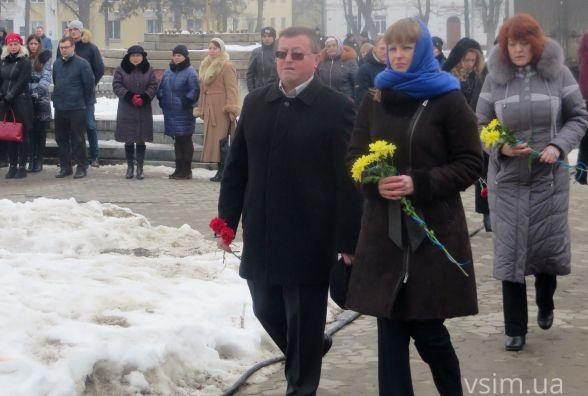 Зі свічками і квітами: хмельничани на майдані вшанували Героїв Небесної Сотні