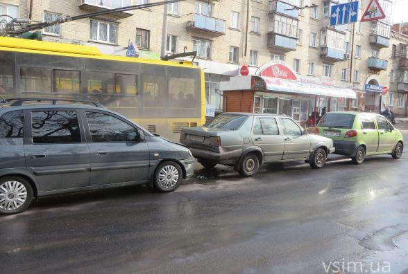 ДТП на Кам'янецькій: зіткнулись три автомобілі