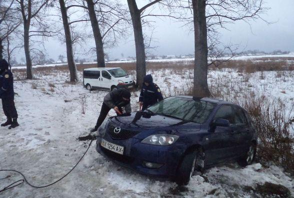"""На Хмельниччині водійка на """"Renault"""" врізалась в """"Mazda"""". Обидві автівки злетіли в кювет"""