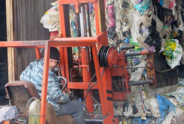 Як на хмельницькому полігоні сортують сміття (ФОТО, ВІДЕО)