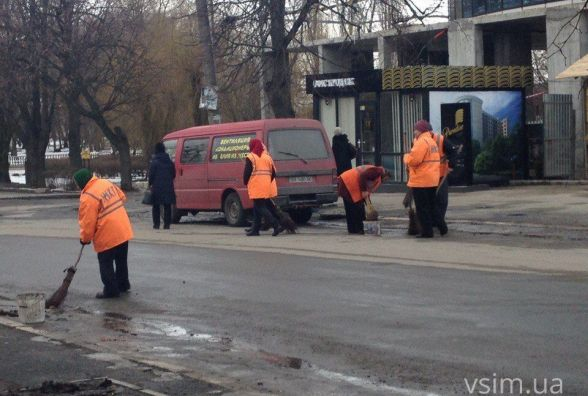 Фото дня: комунальники взялись за мітли. Метуть вулицю до парку Чекмана